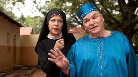 Schwester Hanna (Janina Hartwig) bittet Bürgermeister Wöller (Fritz Wepper) um Hilfe: er soll seinen schlitzohrigen afrikanischen Kollegen übers Ohr hauen.