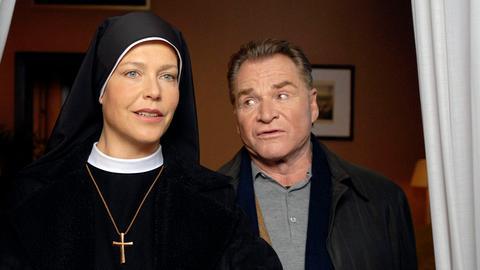 Bürgermeister Wöller (Fritz Wepper) überredet Schwester Hanna (Janina Hartwig) zu einer spontanen Reise nach Rom.