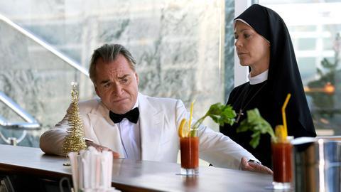Schwester Hanna (Janina Hartwig) empfindet Mitleid für ihren Erzfeind Bürgermeister Wöller (Fritz Wepper), der unter Liebeskummer leidet.