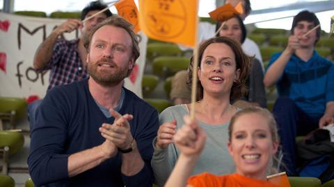 Beim Schwimmturnier sitzen Peter (Mark Waschke) und Anne (Claudia Michelsen) auf der Zuschauertribüne.
