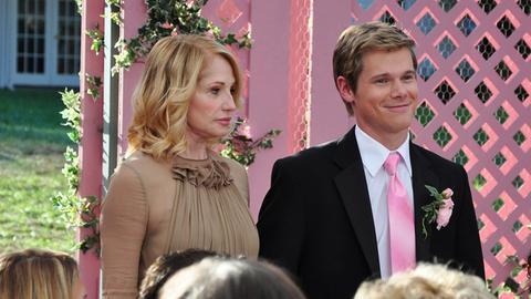 Lynns (Ellen Barkin) ganzer Stolz: ihr ältester Sohn Dylan (Michael Nardelli). Sie hofft, dass bei seiner Hochzeit die Familie zusammenfindet.
