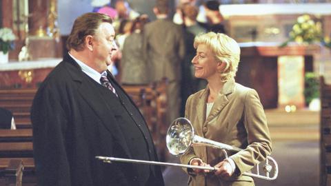 Achim (Dieter Pfaff) besucht seine musische Frau Bärbel (Tatjana Blacher).