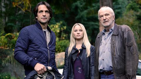 Nachdem Richard (Michael Gwisdek, re.) von seiner schweren Erkrankung erfahren hat, macht er Karens (Sonja Gerhardt) leiblichen Vater Adrian (Robert Seeliger) ausfindig.