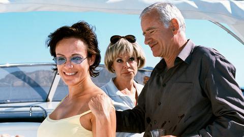 Der Münchner Möbelfabrikant Karl Ravinski (Peter Bongartz) wird von einem mallorquinischen Geschäftspartner auf die Yacht von dessen Freundin Vera (Ingrid van Bergen, Mitte) eingeladen. Auch die Sekretärin Cora Talheim (Sonja Kirchberger, li.) ist mit von der Bootspartie.