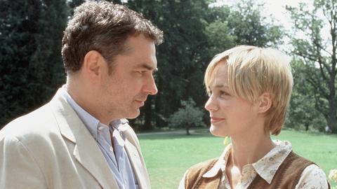 Landarzt Dr. Freese (Hansa Czypionka) und Eve (Sonsee Ahray Floethmann) kommen sich näher.