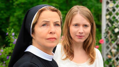 Die verliebte Louisa (Anna Brüggemann, re.) kann in jeder Lebenslage auf den Rat der mütterlichen Nonne Barbara (Michaela May) zählen.