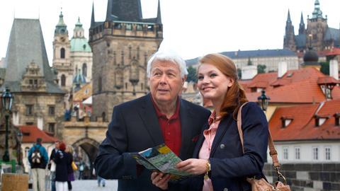 Claudius (Peter Weck) und seine Enkelin Sophie (Anna Bertheau) erkunden Prag.