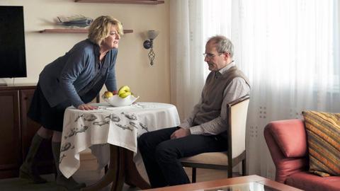 Gudrun (Saskia Vester, l.) ist in Rage und lässt ihren Emotionen gegenüber Frank (Thomas Limpinsel, r.) freien Lauf.