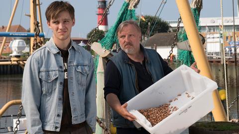 """Krabbenfischer Knud Lühr (Axel Prahl) und sein """"verlorener"""" Sohn Lenny (Jonas Nay), der überraschend aus Hamburg zurück kehrt."""
