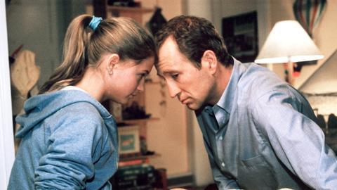 Der allein erziehende Vater Frank Neu (Peter Lohmeyer) kümmert sich fürsorglich um seine Tochter Saskia (Nadine Fano) und um seinen jüngsten Sohn Benny (Georg Hans).