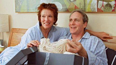 Gespannt packt Frank (August Zirner) das Geburtstagsgeschenk seiner Frau Elisabeth (Eva Kryll) gleich im Bett aus.