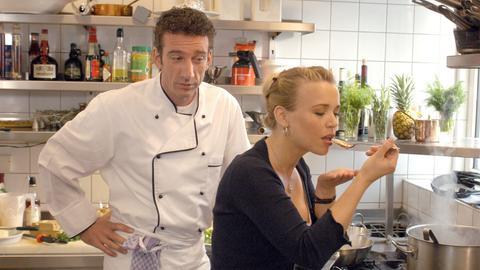 Marlene (Tina Ruland) testet Franks (Heio von Stetten) Kochkünste.