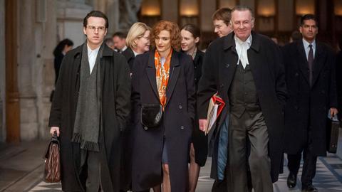 Deborah E. Lipstadt (Rachel Weisz, Mitte) engagiert die Anwälte Richard Rampton (Tom Wilkinson, re.) und Anthony Julius (Andrew Scott, li.).