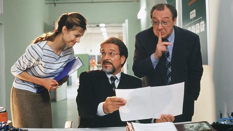 Der Bankberater Dr. Gerber (Jaecki Schwarz) wird von Vinzenz (Götz George) und seiner Assistentin Martina (Susan Anbeh) gehörig reingelegt.
