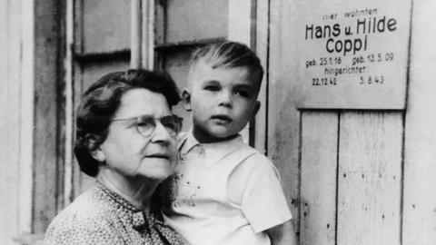 """Hans Coppi junior in den Armen seiner Großmutter, bei der er nach der Hinrichtung seiner Eltern, Hans und Hilde Coppi, die beide in der """"Roten Kapelle"""" aktiv gewesen waren, aufwuchs."""