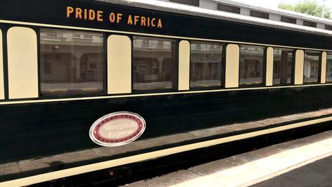 """Der historische Sonderzug """"African Explorer"""" rollt mit seinen 18 exklusiven Waggons und maximal 50 Stundenkilometer durch wunderschöne, fremde Landschaften."""