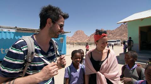 Maren und Dominik zusammen mit namibischen Schulkindern.