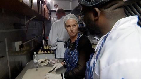 """Die Berlinerin Jeannette Hartmann kocht in der Bordküche des """"African Explorers"""" für ihre Mitreisenden."""