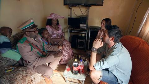 Busfahrer Eben, vom Volk der Hereros, hat Maren und Dominik zu seiner Familien in die Kataturas, die Townships von Windhoek, eingeladen.