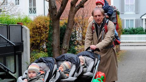 Als Babysitter für 4 Kleinkinder hatte Jakob (Günther Maria Halmer) sich sein Leben im Ruhestand nicht vorgestellt.