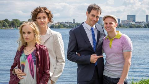Zwei Paare, ein Traum: Steff (Friederike Kempter, li) und ihre Lebenspartnerin Neele (Christina Hecke) wünschen sich ebenso ein Kind, wie Kalle (Christian Näthe, re.) und sein Mann Jens (Marc Hosemann).