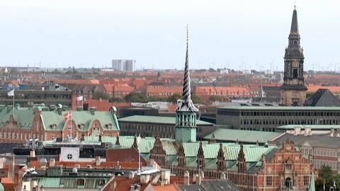Blick auf die Kopenhagener Innenstadt; in der Mitte der Turm von Børsen, der ehemaligen Börse von Kopenhagen.