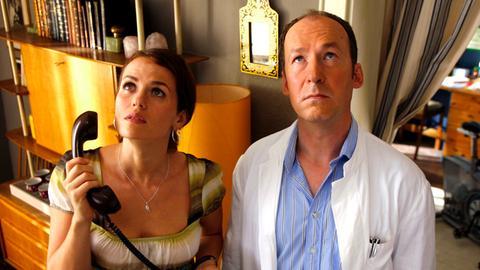 Mathilda (Melika Foroutan) fragt sich, wer den Lärm in der Wohnung über ihr veranstaltet - nicht ahnend, dass Arnie (Ulrich Noethen) es sehr genau weiß.