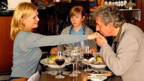 Die 13-jährige Johanna (Luise Risch, Mitte) findet überhaupt nicht, dass ihre Mutter Lena (Anna Loos) und der viel ältere Felix (Jürg Löw) zusammenpassen.