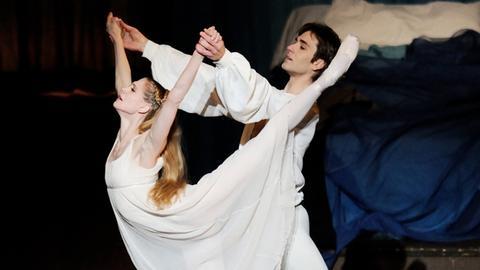 """Alicia Amatriain (Julia) und Friedemann Vogel (Romeo) in John Crankos """"Romeo und Julia""""."""