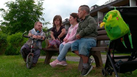 Michel und Franziska, Murat und Kathrin treffen sich auf dem Kleinwuchsforum und haben Zeit über Kinderwunsch, Schwangerschaft und Zukunftspläne zu reden.