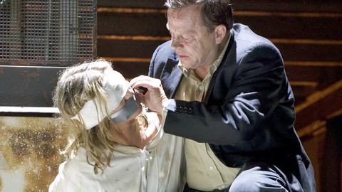 Wallander (Krister Henriksson, Mitte) bringt seine Tochter Linda (Johanna Sällström) in Sicherheit.