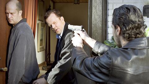 Kommissar Wallander (Krister Henriksson, Mitte) und sein Kollege Stefan Lindman (Ola Rapace, rechst) verhaften den Familienvater Albert Schyberg (Magnus Mark) wegen Mordes.