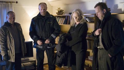 Kommissar Wallander (Krister Henriksson, rechts) und seine Kollegen Lisa Holgersson (Chatarina Larsson), Nyberg (Mats Bergman, links) und Svartman (Fredrik Gunnarsson) sind bestürzt, als sie die Leiche von Stefan Lindman (Ola Rapace) finden.
