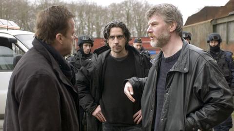 Kommissar Wallander (Krister Henriksson) ist nicht gerade begeistert über das eigenmächtige Vorgehen seiner Kollegen Lindman (Ola Rapace, Mitte) und Borg (Jakob Eklund).