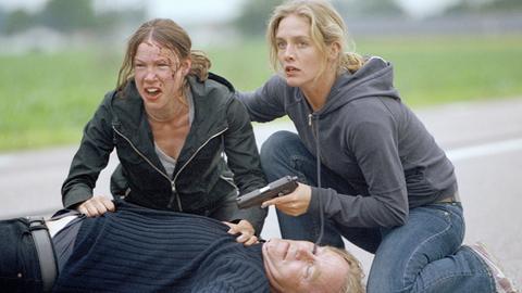 Linda Wallander (Johanna Sällström, rechts) will Ihre Freundin Anna Westin (Ellen Mattsson) verhaften, deren Vater Erik (Niklas Falk) bei dem Versuch erschossen wurde, einen Sprengstoffanschlag durchzuführen.