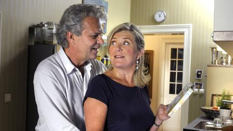 Seit er nicht mehr arbeiten muss, überrascht Peter (Peter Sattmann) seine Frau Charlotte (Jutta Speidel) immer öfter mit romantischen Anflügen.
