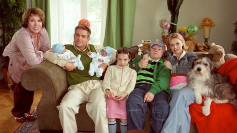 Eine schrecklich nette Familie: Juliane (Gaby Dohm, li.) mit ihrer Tochter Henrike (Tina Ruland, re.), ihren Enkeln Sarah (Emelie Kundrun) und Nils (Benjamin Seidel), ihrem Schwiegersohn Martin (Florian Fitz) - und den neugeborenen Zwillingen...