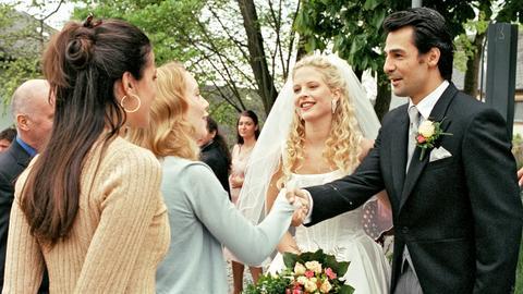 Joe (Bettina Zimmermann, li.) nimmt ihre Schwester Franka (Franziska Petri, 2.v.li.) mit zur Hochzeit ihrer Erzfeindin Nathalie (Diana Amft), wo Franka sich prompt in deren Bräutigam Luca (Erol Sander) verliebt.
