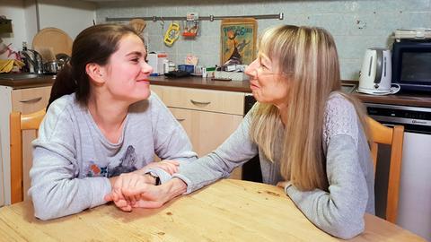 Seit 10 Jahren kümmert sich Michelle rund um die Uhr um ihre kranke Mutter.