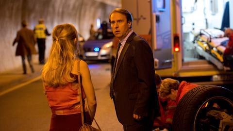 Was? Er soll so gut wie tot sein? Paul Lohmann (Bjarne Mädel) will nicht glauben, was Engel Angie (Friederike Kempter) ihm erzählt.
