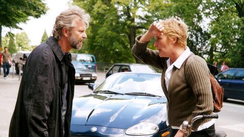 Der Schriftsteller Tom (Peter Sattmann) hat Anna (Suzanne von Borsody) angefahren.