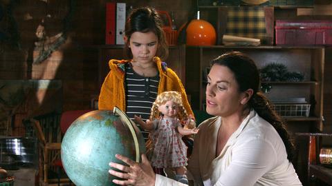 Marlen (Christine Neubauer) erklärt ihrem Adoptivkind Araceli (Lilli Geber), wo Deutschland liegt.
