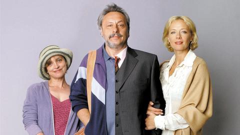 Erika Strunz (Katharina Thalbach, li.), Erwin Strunz, li./Uwe Achimsen, re. (Wolfgang Stumph) und Heide Achimsen (Katja Riemann).