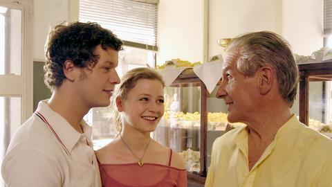 Marco (Mirko Lang, li.) stellt seinem Vater Giovanni Galvani (Renzo Martini) seine große Liebe Sara (Theresa Scholze) vor.