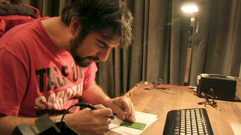 Hacker Javier Vazquez Vidal untersucht die Hardware eines Smart Meters.