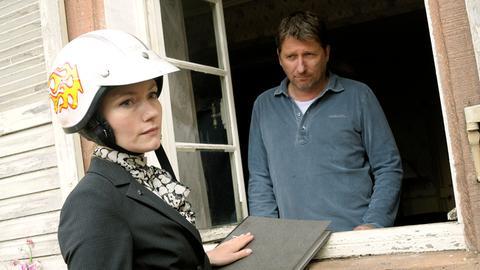 Mit immer neuen juristischen Tricks versucht die Anwältin Sarah (Johanna Christine Gehlen) ihren Gegenspieler Peter (Michael Fitz) unter Druck zu setzen – doch der gibt sich gelassen.