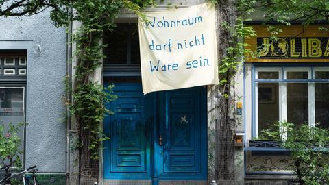 Wohnraum darf nicht Ware sein-Transparent an einem Kreuzberger Haus.