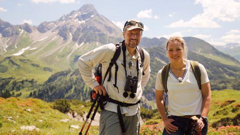 Moderatorin Andrea Grießmann erkundet mit dem Biologen und Steinbockexperten Henning Werth die schöne Bergwelt.