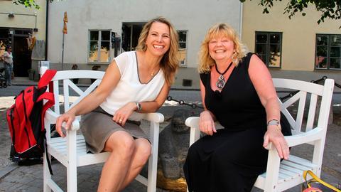 Moderatorin Andrea Grießmann trifft die ehemalige Pippi Langstrumpf Darstellerin Inger Nilsson (r).