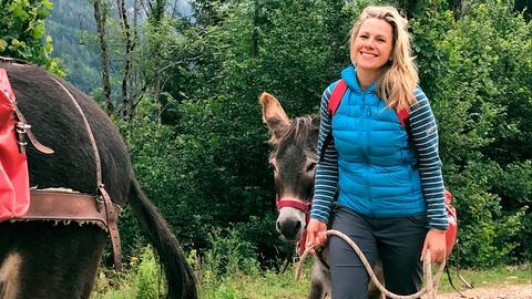 Moderatorin Andrea Grießmann und ihr Esel Villi mit dem sie auf 7-tägige Trekkingtour geht.